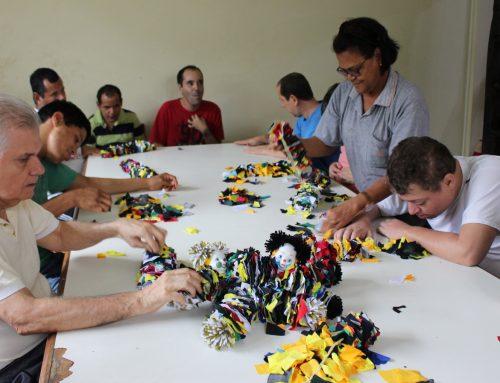 Artesanato é usado como ferramenta de criatividade e socialização de pessoas com deficiência intelectual