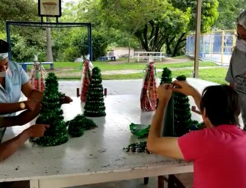 Confecção deárvoresde Natal artesanais é parte do processo terapêutico de pessoas com deficiência intelectual em MG